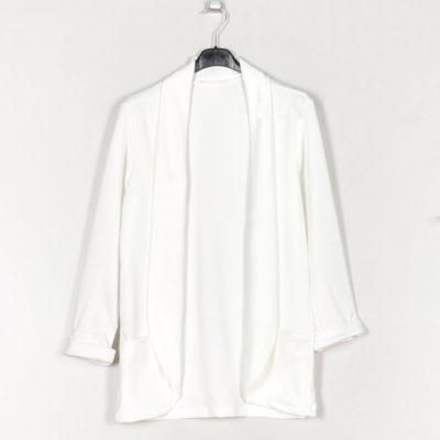 blazer-liso-bolsillos-blanco-una-caja-de-botones