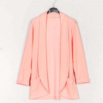 blazer-liso-bolsillos-rosa-una-caja-de-botones